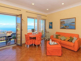 Central apartment opposite the Bay of Naples