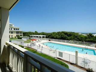 Oceanfront condo w/ private sauna, shared pool w/ an ideal location!