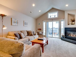 Family-friendly townhouse w/ ocean views - walk to beach & everything in town!