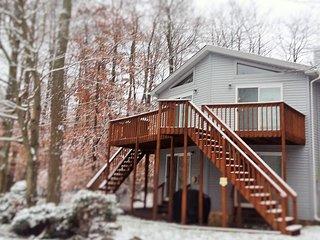 Stylish Pocono Country Home-Fireplace/Jacuzzi-Local Host