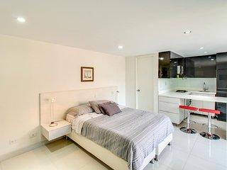 Cozy apartment w/ city views, great location near parks, shops, restaurants!