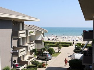 1 bedroom Apartment with Walk to Beach & Shops - 5679580