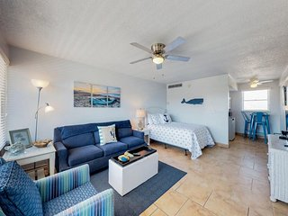 Chill, waterfront studio w/ shared pool & beach access - walk to the pier!