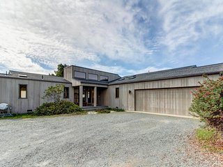 Oceanview bluff home w/ private hot tub and access to shared pool/saunas/tennis!