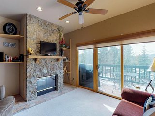 Roomy townhome w/ jetted tub & views - shuttle to town & slopes just outside!