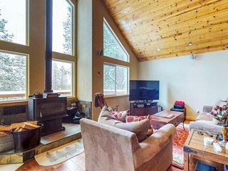 Spacious home with private hot tub - access to year-round outdoor activities!