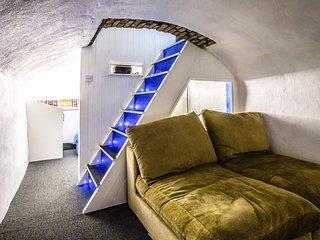 No8 CHEPSTOW, luxury interior, en-suite bedrooms, cinema room, Ref 977746