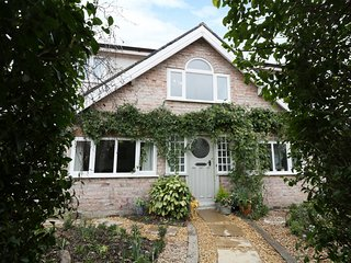 BRYN COTTAGE, spacious interior, perfect for families, period features, Ref 9749