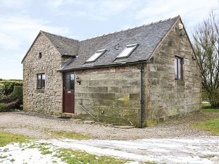 FRINSMOOR CROFT, cosy retreat, exposed beams, near Ashbourne, Ref 974443