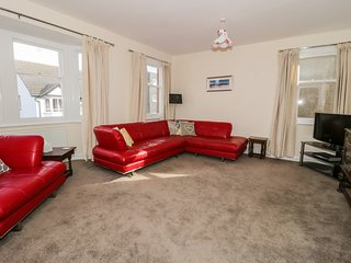 HARBOUR LIGHTS, sea views, centre of Rhos-on-Sea, neutral décor, Ref 973562