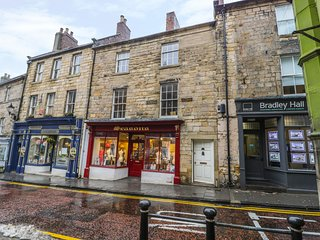 YULE HOUSE, centre of Alnwick, views of Alnwick Castle, WiFi, Ref 972065