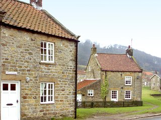 HOLLYSIDE COTTAGE, character holiday cottage, with a garden in Hutton-Le-Hole, R