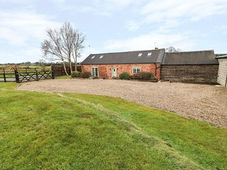 BARNFIELDS HOLIDAY COTTAGE, exposed beams, garden with patio, near Leek