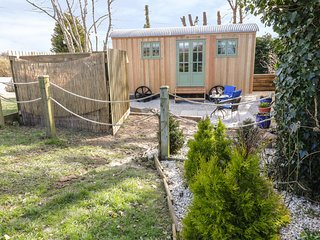 BLUEBELL CORNER, open plan, log burner, near Columb Major, Ref 967594
