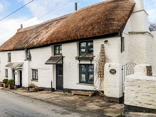EASTERLY COTTAGE, Grade II listed thatched, pet-friendly, exposed beams, Ref 962