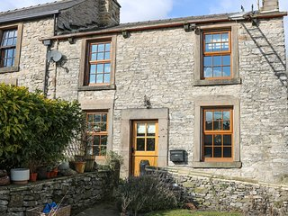 RHUBARB COTTAGE, countryside views, pet-friendly, centre of Bradwell, Ref 962171