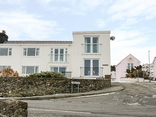 HARBOUR VIEW, first floor flat, three bedrooms, open-plan, en suite, harbour vie