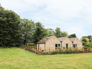 THE RETREAT, open plan layout, wood burner, patio, pet friendly, in Barford