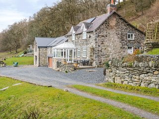 TYN LLWYN, pet friendly, character holiday cottage, with a garden in Pencoed