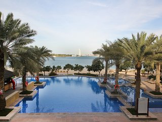 Shoreline Luxurious Apartment With Private Beach in Palm Jumeirah