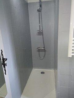 Douche à l Italienne avec gel douche et shampoing.