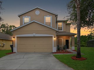Latitude Adjustment!  4/3.5 Pool home with 2 En suites near Disney, Free Wifi
