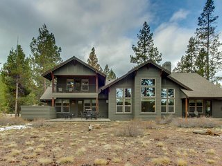 Lakeside luxury with shared pool and tennis, private hot tub, & gourmet kitchen