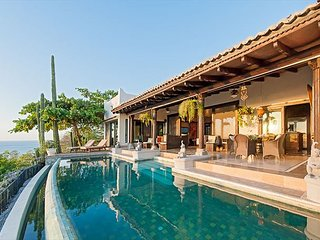 Luxury villa- views, infiniti pool, close to beach, shopping and dining, 3 BR
