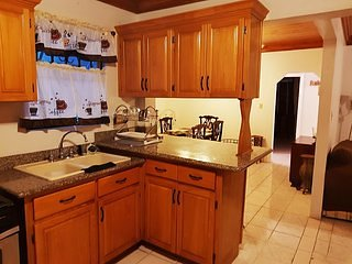 Seaclusion~Family-Frendly~Spacious~4 bed/3bath 8 min to the beach 1BR