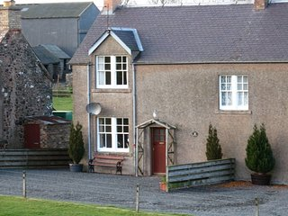 JOCKS COTTAGES, pet friendly, stunning views, off road parking, WiFi, Kelso
