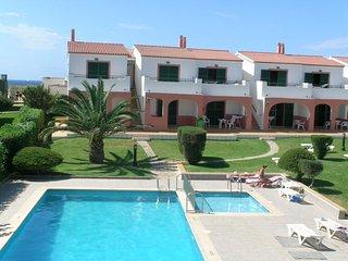 Apartamento de vacaciones en Cala en Forcat ,al lado de la playa,piscina, WIFI