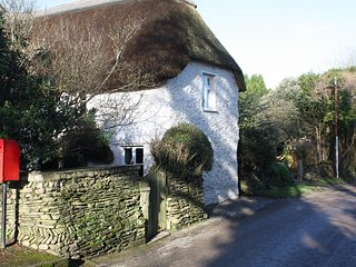 Charming thatched Cottage in traditional Cornish village