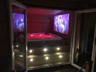 Log Cabin with Hot tub & bar near Cardiff Sleeps 4