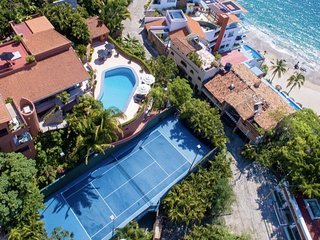Ocean front, a few steps to the beach, tennis court attached! come to enjoy!