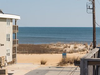 Modern condo w/ fantastic location - only moments from beach, shopping, dining!