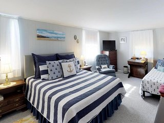 Cozy Cape Cod studio, 5 minute walk to beach - great weekend getaway!