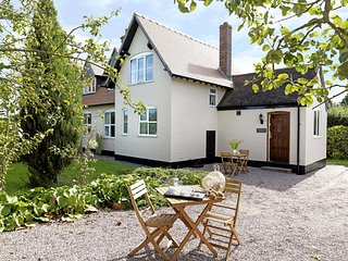 PLOUGHMANS COTTAGE, woodburner, garden views, modern interior, near Shrewsbury