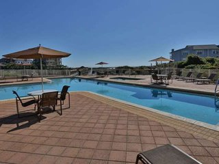 3 Story Townhome-Private Beach-Community Pool-Walking Distance to Restaurants an