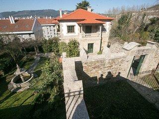 hostal situado a tan solo a 0,6 km de la catedral y de la plaza del obradoiro .-