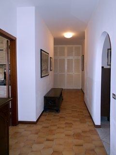 Ampio corridoio che divide la zona giorno da la zona notte