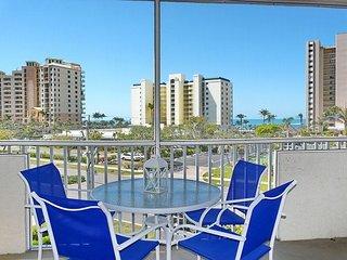 Breezy condo w/ heated pool, racquetball & walk to beach
