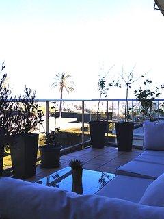 Salon aménagé de 28 m² avec vue sur la piscine et le très grand espace vert/jardin