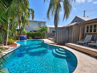 Pete's Cottages: Twin Cypress cottages steps from Duval