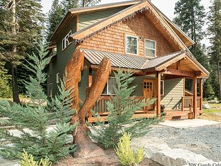 Salmon Chalet-private hot tub, WiFi, Directv, propane BBQ/Firepit too