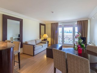 Luxury Suite w/ Free WiFi, Full Kitchen & Breakfast Buffet