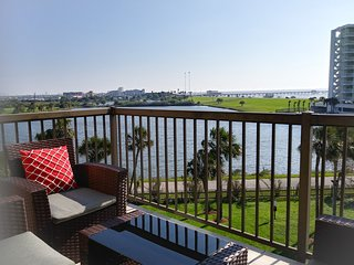 Top floor waterfront condo with Gulf views, king bed, full kitchen & pets okay!
