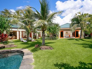 Kahala Luxurious Private Villas, Pool, Spa, AC, Walk to the Beach.