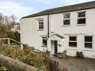 CORNER COTTAGE, views of Lake Windermere, WiFi, in Lake District, Ref 980133