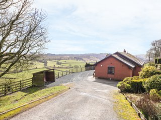 VRONGOCH COTTAGE, pet-friendly, hot tub, gym, country views, woodburner