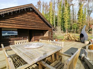 DRAGONFLY LODGE, woodburner, mezzanine, pet-friendly, Ref. 955617